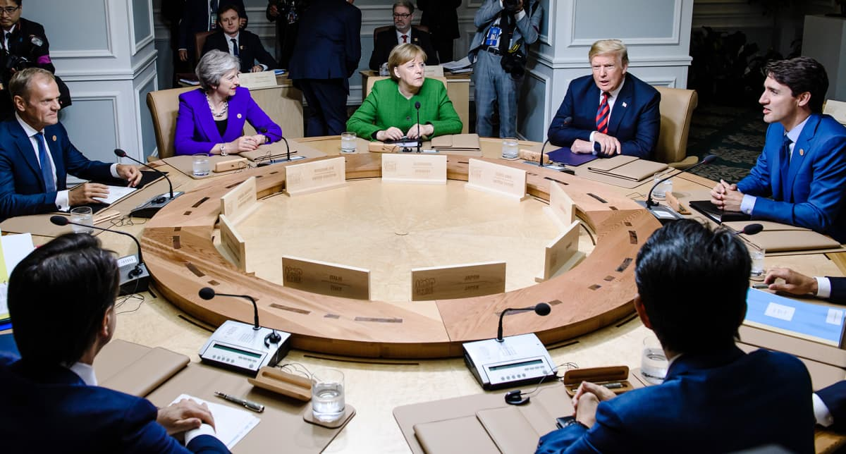 G7 kokouksen osanottajia pyöreän pöydän ympärillä.