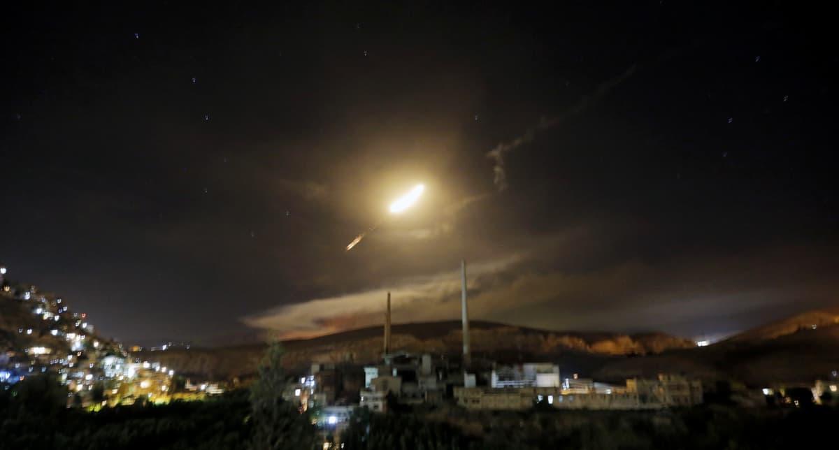 Syyrian ilmapuolustuksen ohjus öisellä taivaalla.