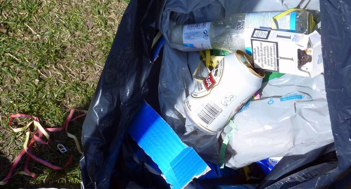 Roskia jätesäkissä