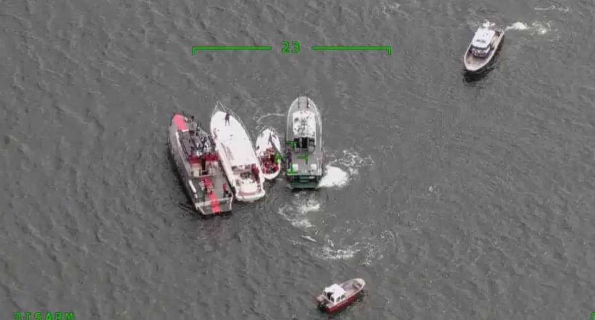Onnettomuus veneet kuvassa pelastusyksiköiden välissä.