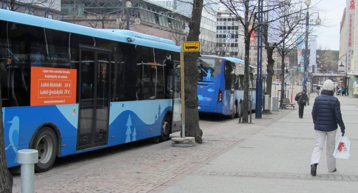 Busseja pysäkillä.