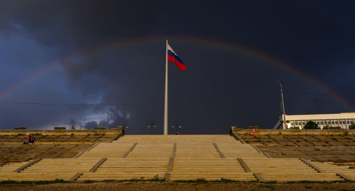 Venäjän lippu ja tumma taivas.