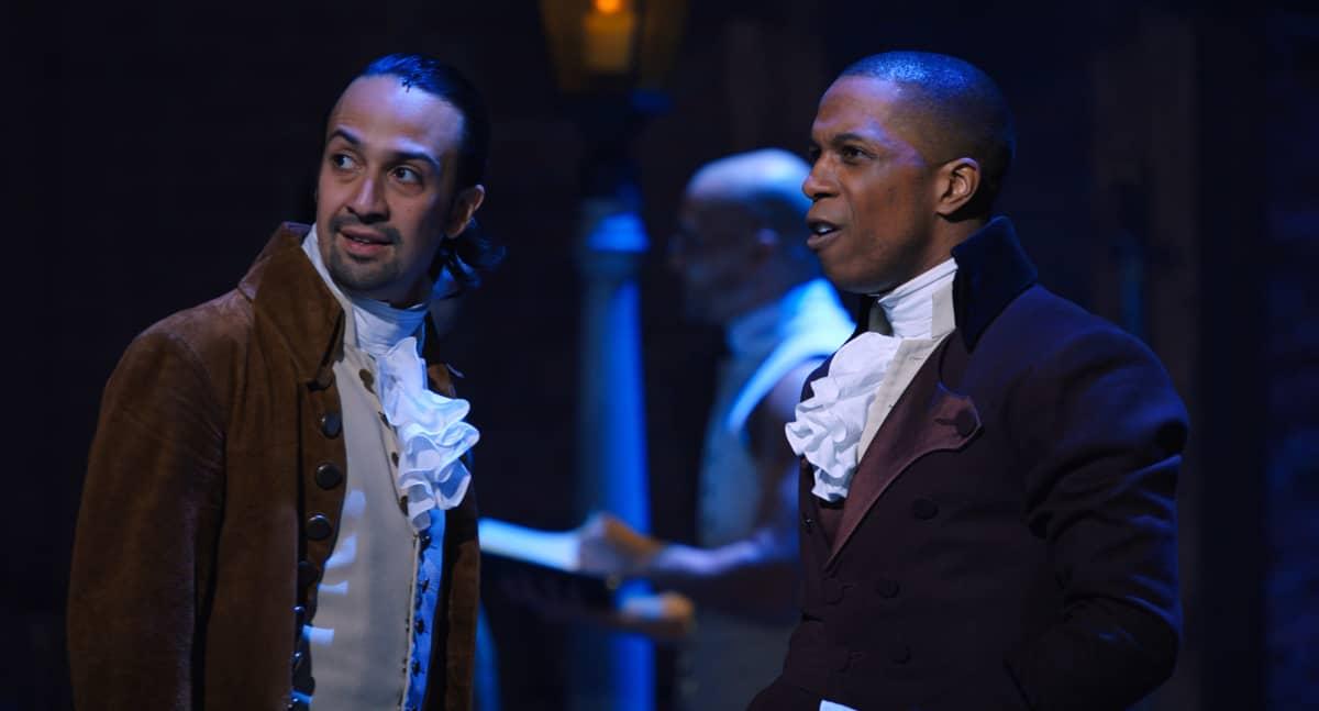 Lin-Manuel Mirandan esittämä Alexander Hamilton ja Leslie Odom, Jr:n esittämä Aaron Burr Broadway-tuotanto Hamiltonin elokuvaversiossa.
