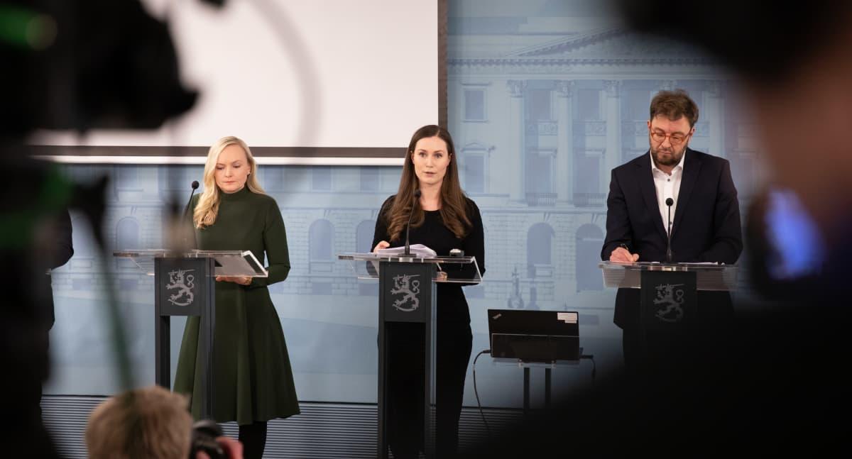 Hallituksen tiedotustilaisuus valmiuslain käyttöönotosta ja rajavalvonnasta 17. maaliskuuta 2020. Kuvassa Maria Ohisalo, Sanna Marin ja Timo Harakka.