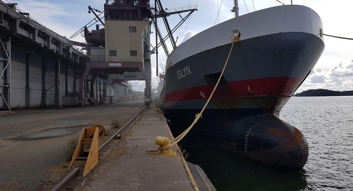 Laivaa lastataan viljalla Suomen Viljavan viljasiiloilla Naantalin satamassa