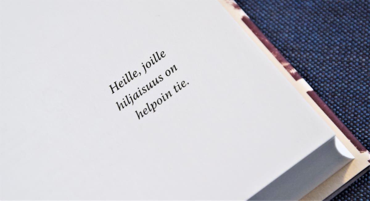 """Tommi Kinnusen romaanin omistuskirjoitus: """"Heile, joille hiljaisuus on helpoin tie."""""""