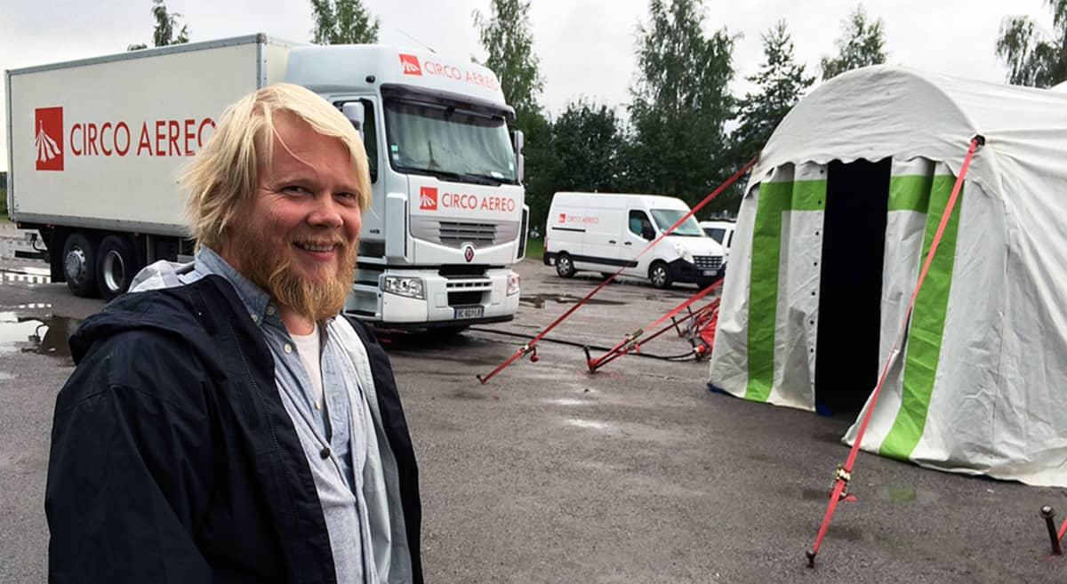 Sirkustaiteilija Jani Nuutinen Tampereen Eteläpuistossa
