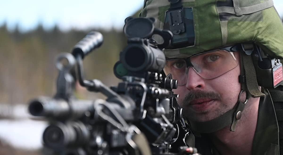 Ruotsin armeijan sotilaat harjoittelevat Bodenin Kusträskin ampuma-alueella