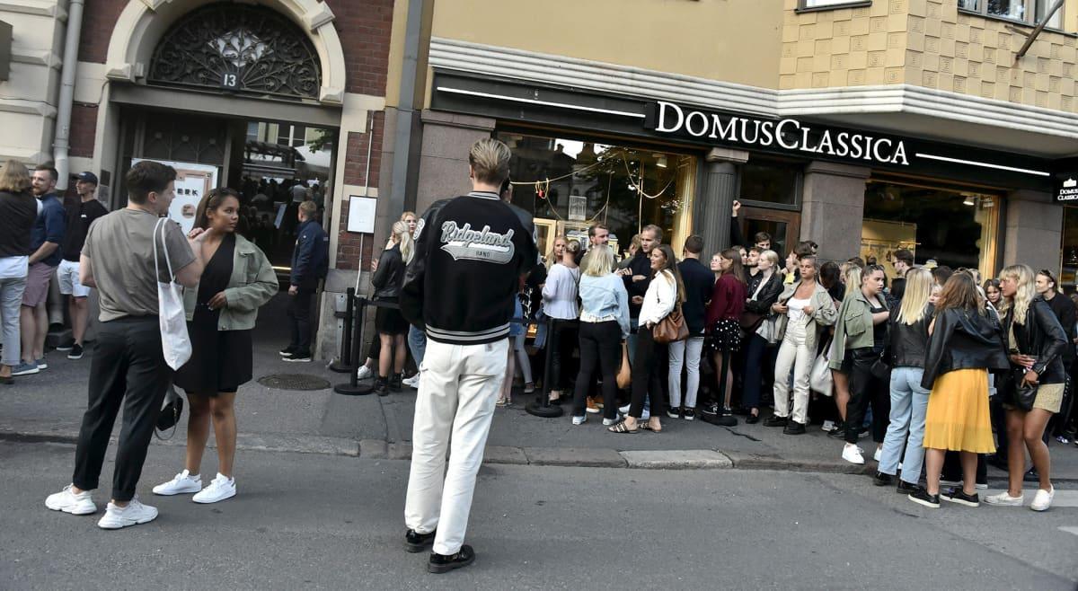 Ihmiset jonottavat ravintola Groteskiin Helsingissä 15. heinäkuuta.