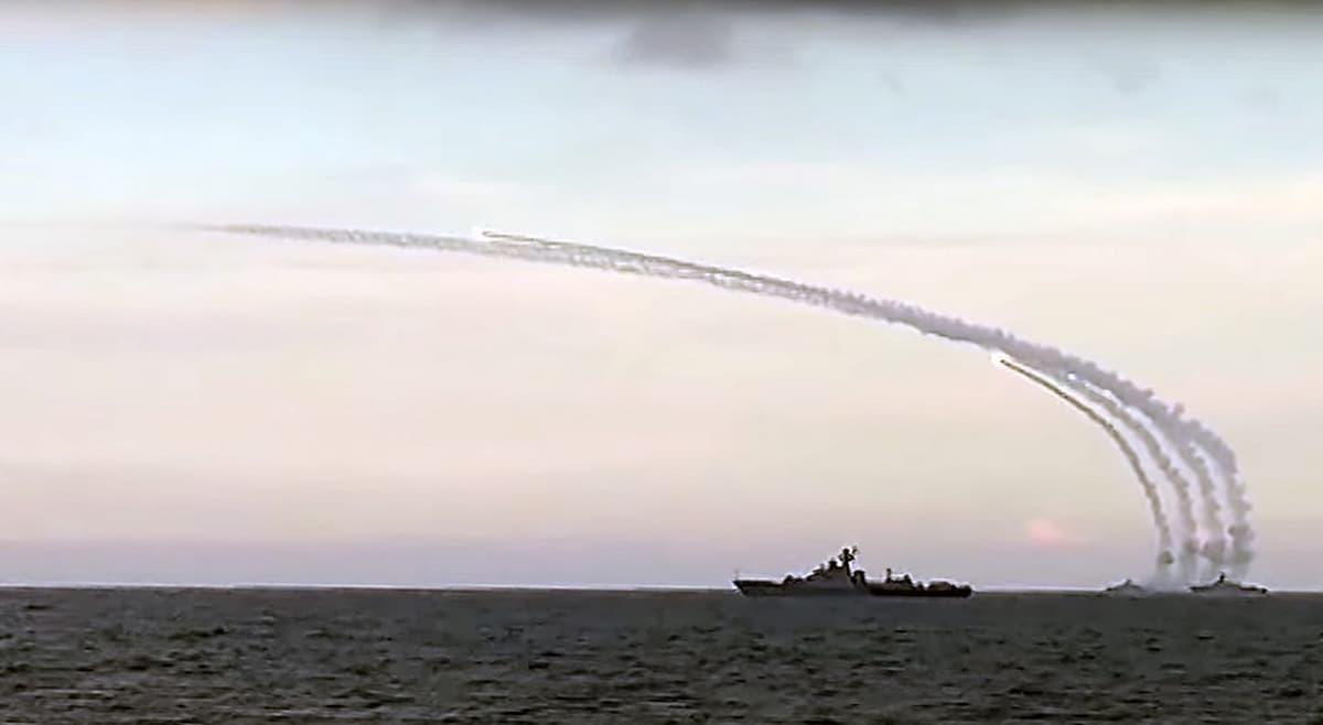 laivat ampuvat ohjuksia kaspian merellä.
