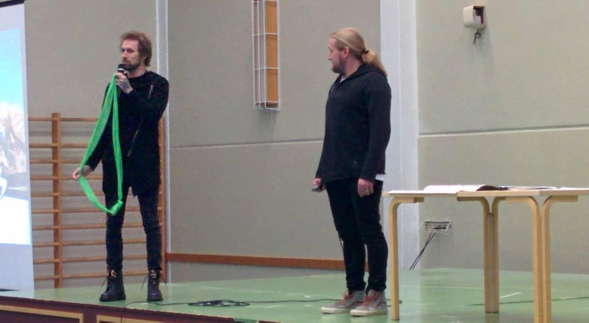 Duudsoneiden HP ja Jarppi esiintyivät Isolahden koulussa