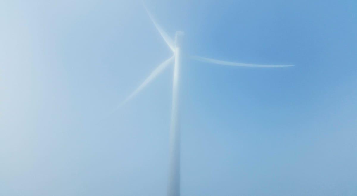 Tuulivoimalan roottori syyssumussa Kalajoella.