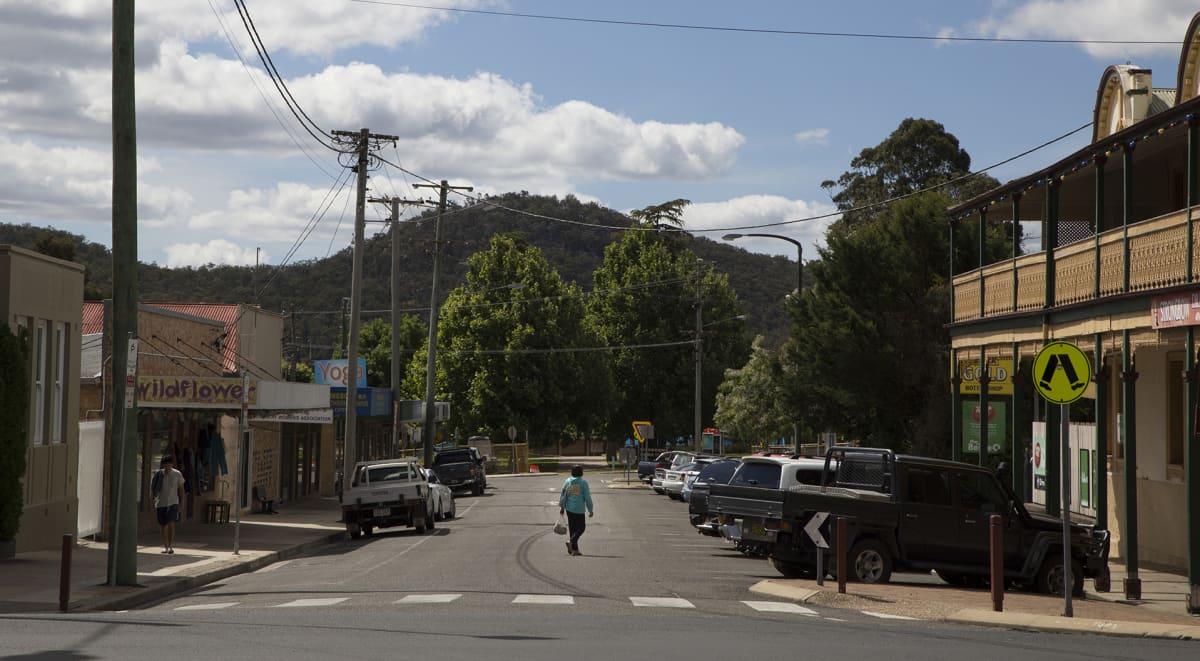 Kuvassa Stanthorpen pikkukaupunginkeskustaa. Yksinäinen kulkija on ylittämässä tietä.