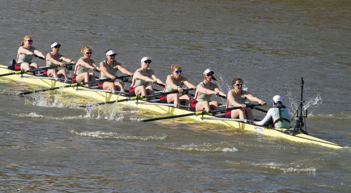 Kapea kanootti, jossa on kahdeksan soutajaa ja joukkueenjohtaja.