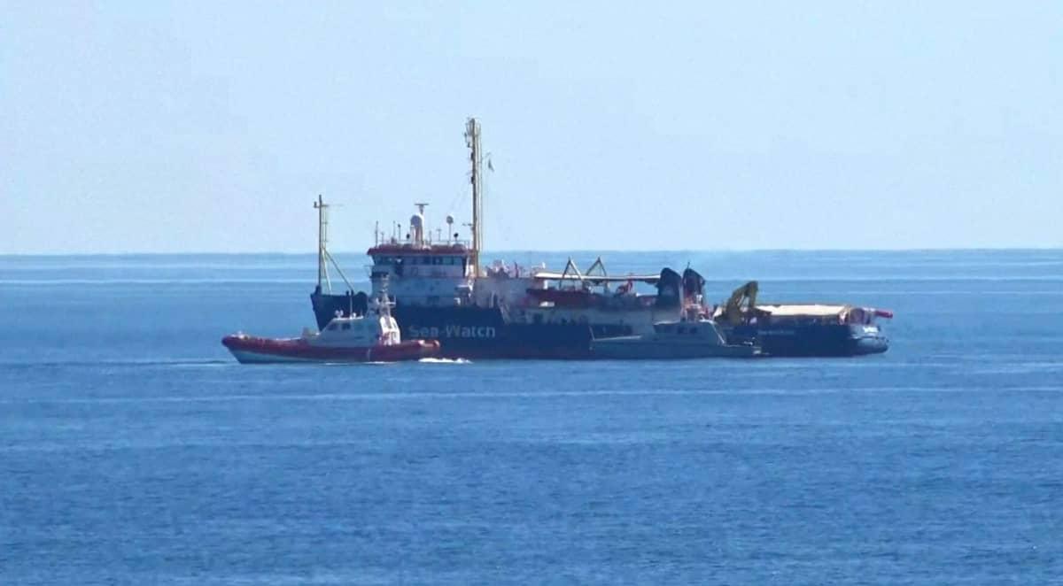 Sea-Watch 3 -järjestön alus on saapunut Lampedusan saarelle sakon uhasta huolimatta.