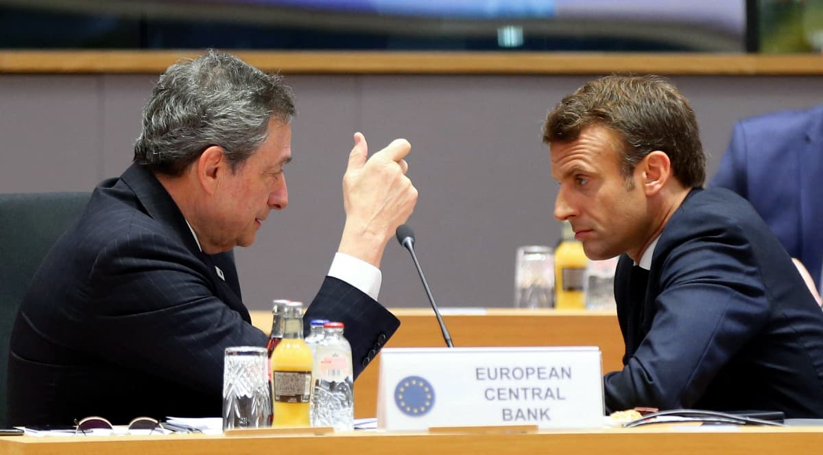 Draghi ja Macroon päät yhdessä, Draghi selittää, Macron kuuntelee.