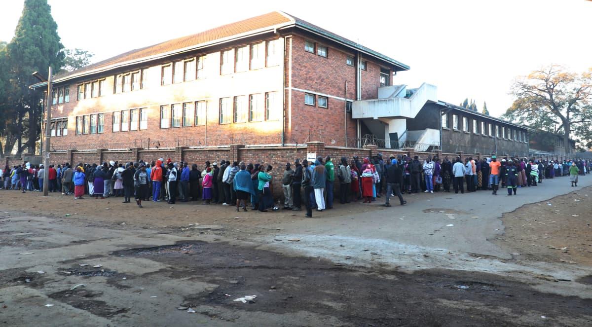 Äänestäjät jonottivat vaaliuurnille Mbaressa, Zimbabwessa maanantaina.