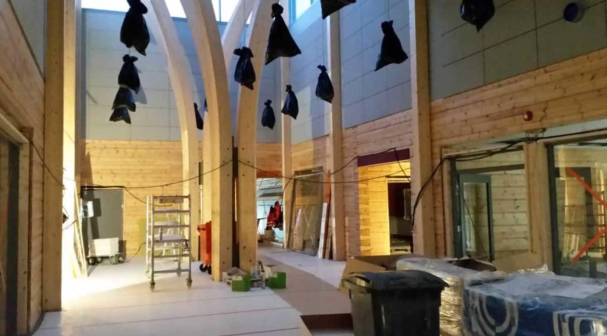 Luokkatilat avautuvat aulasta ja ne voidaan tarpeen mukaan yhdistää yhteiseen opetustilaan. Katossa olevat valaisemit odottavat vielä pölysuojien poistamista.