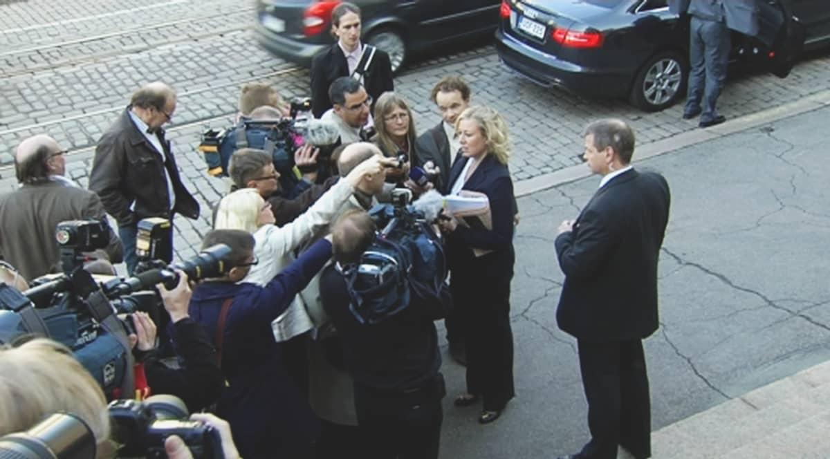 SDP:n Jutta Urpilainen median ympäröimänä valtioneuvoston linnan edessä.