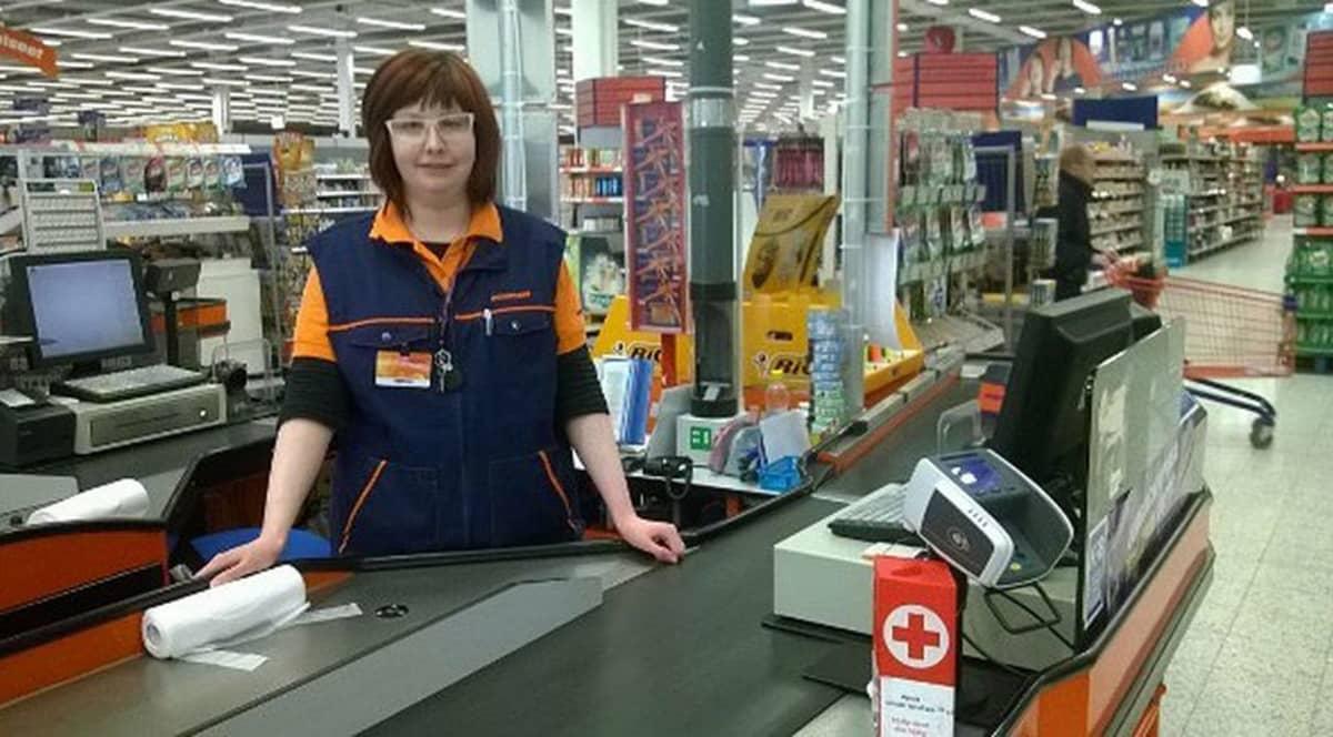 Tiina Määttälä työpaikallaan kokkolalaisessa marketissa.