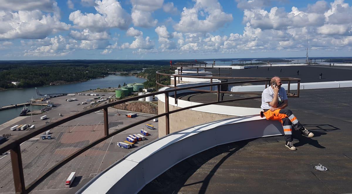 Varastoesimies Jorma Ruha siilon katolla Suomen Viljavan viljasiiloilla Naantalin satamassa