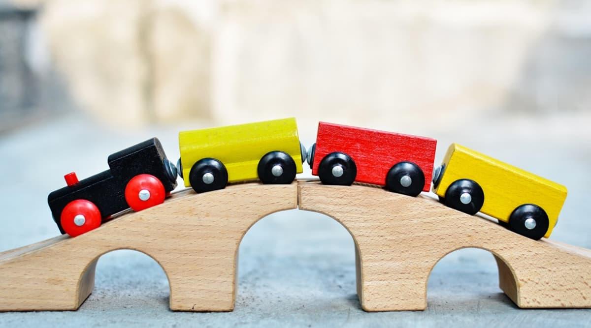 Puuveturi ja neljä värikästä vaunua, joiden välillä on magneettikiinnitys.