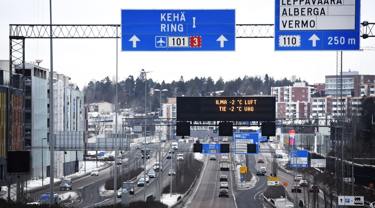 Autoliikennettä Kehä I:llä Helsingissä 16. tammikuuta 2017.