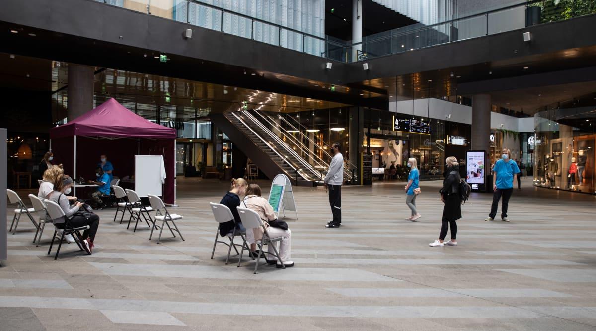 Pop-up koronarokotuspiste Triplan kauppakeskuksessa Helsingissä.