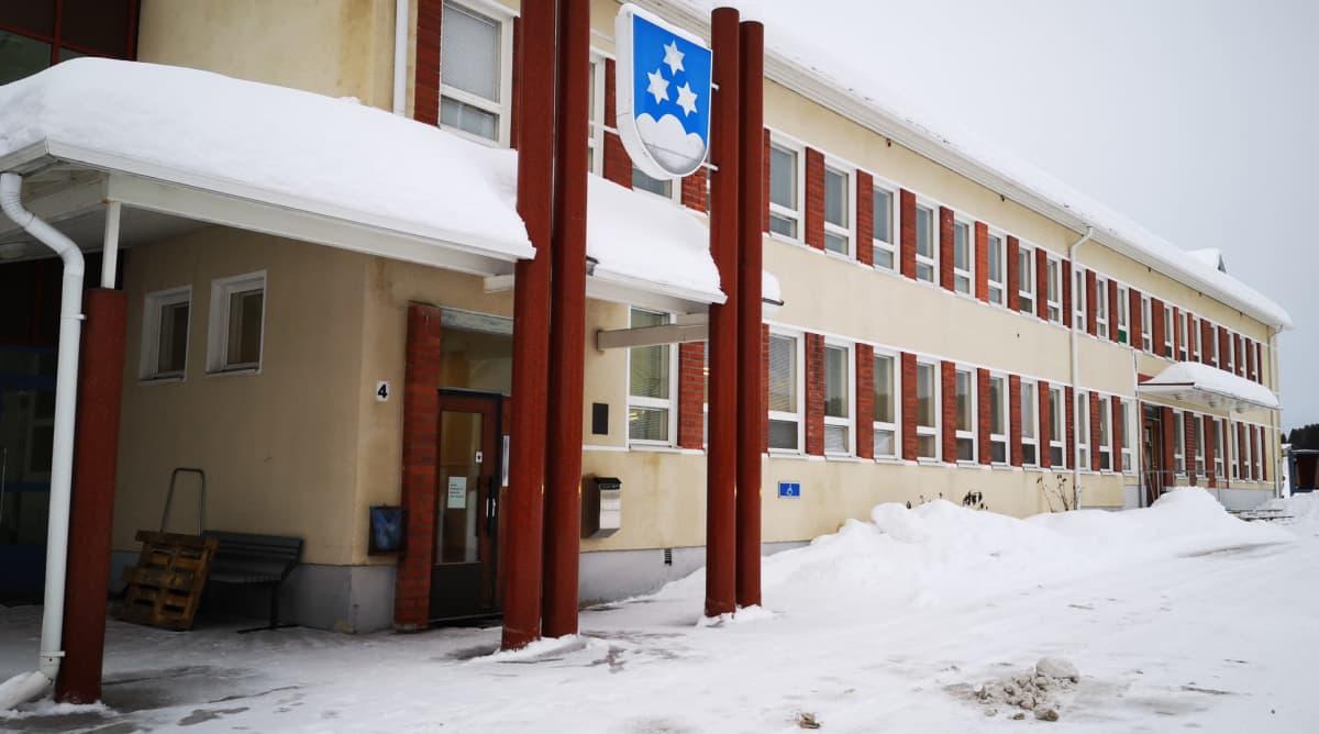 Pellon kunnantalo talvella ulkoa kuvattuna.