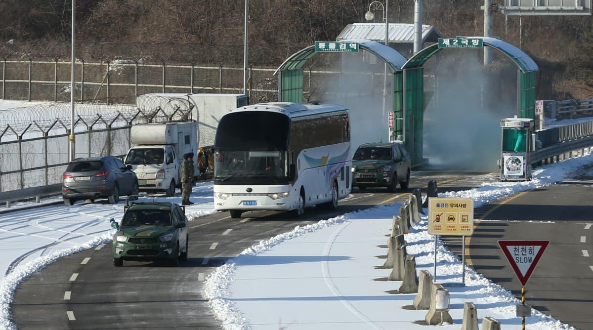 Pohjoiskorealaisurheilijat saapuivat Etelä-Koreaan tarkoin vartioidun rajan yli linja-autolla.