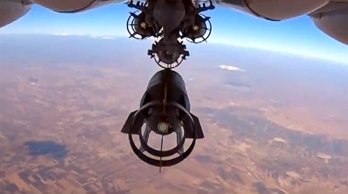 Venäjän puolustusministeriön julkaisema kuvakaappaus 6. lokakuuta kuvatusta videosta näyttää Venäjän ilmavoimien Su-24-pommittajan pudottamassa pommeja ilmaiskussa Syyriassa.