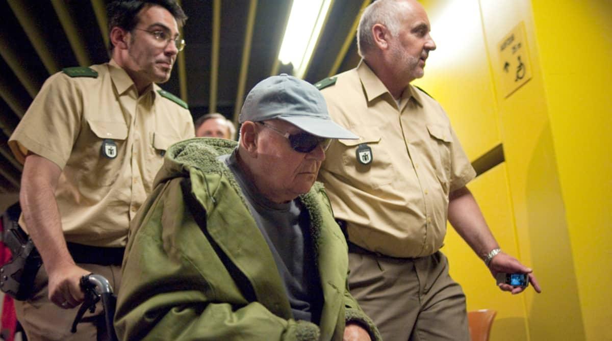 """John """"Ivan"""" Demjanjuk saapumassa oikeussaliin Münchenissä."""