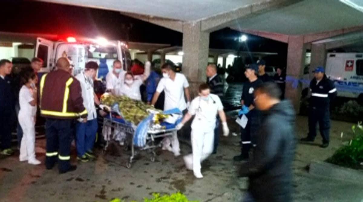 Lentoturmasta pelastuneita kuljetetaan sairaalahoitoon Kolumbiassa.
