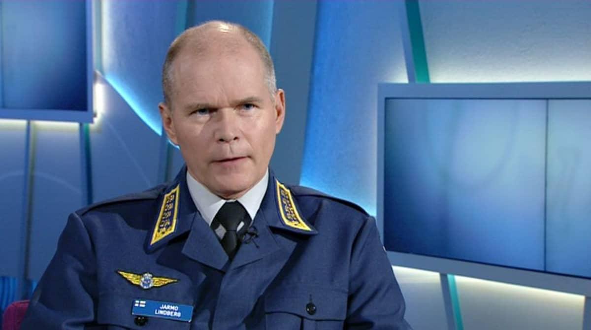 Försvarsmaktens kommendör Jarmo Lindberg i TV1 den 11 april 2015.