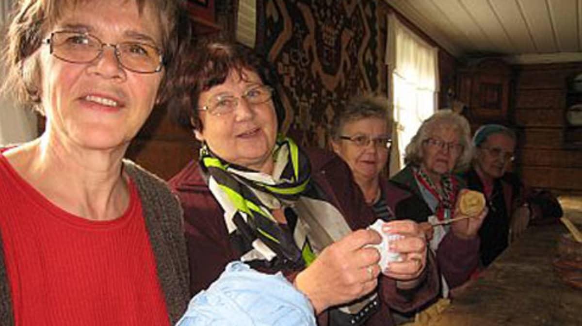 Nämä naiset taitavat matonkuteiden leikkuun