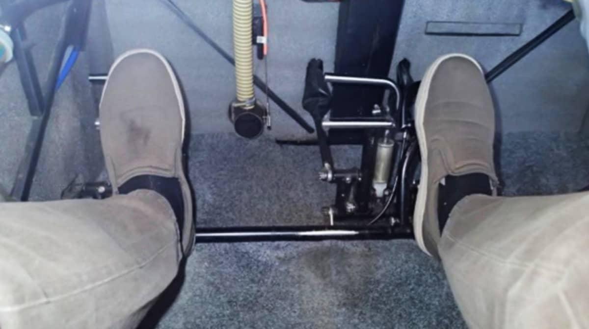 Kuva lentokoneen polkimista, joilla on  jalat