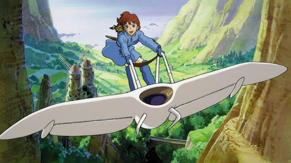 Hayao Miyazakin elokuva Tuulen laakson Nausicaä. Elokuvan päähenkilö lentää kevyellä ilma-aluksella.