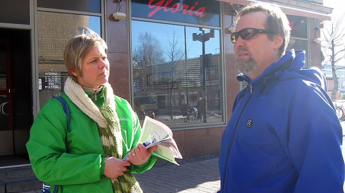 Vihreiden Krista Mikkosen vaalikampanjointia vuonna 2011.