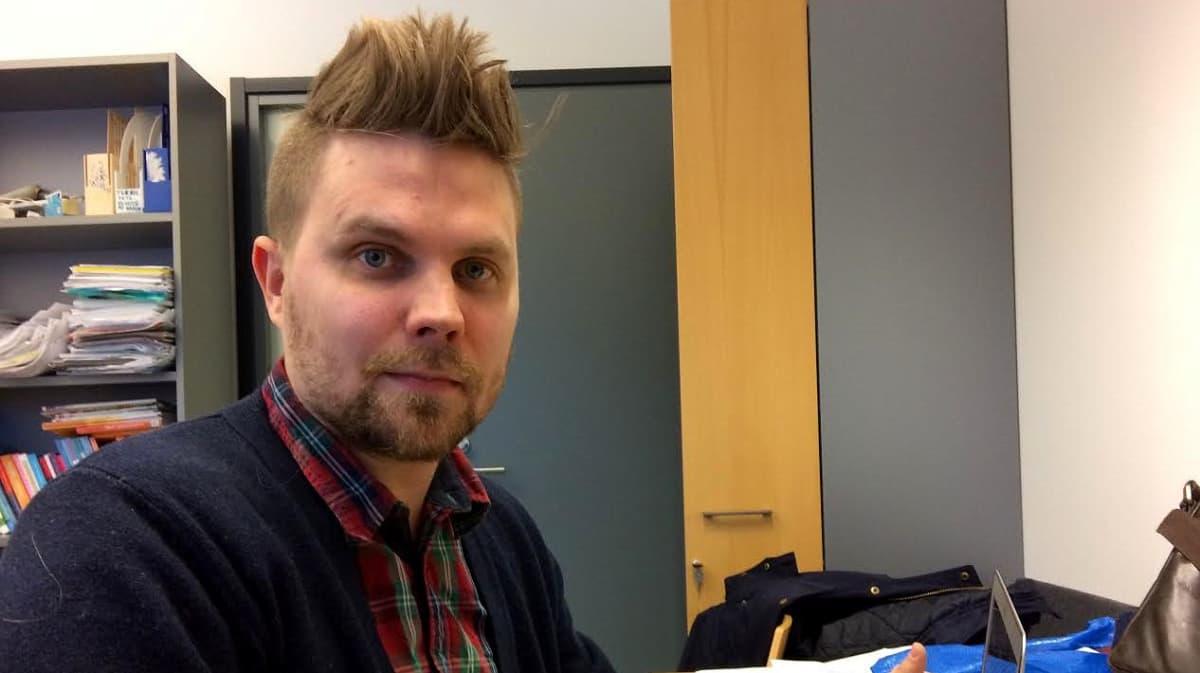 Markus Kaakinen työhuoneessaan