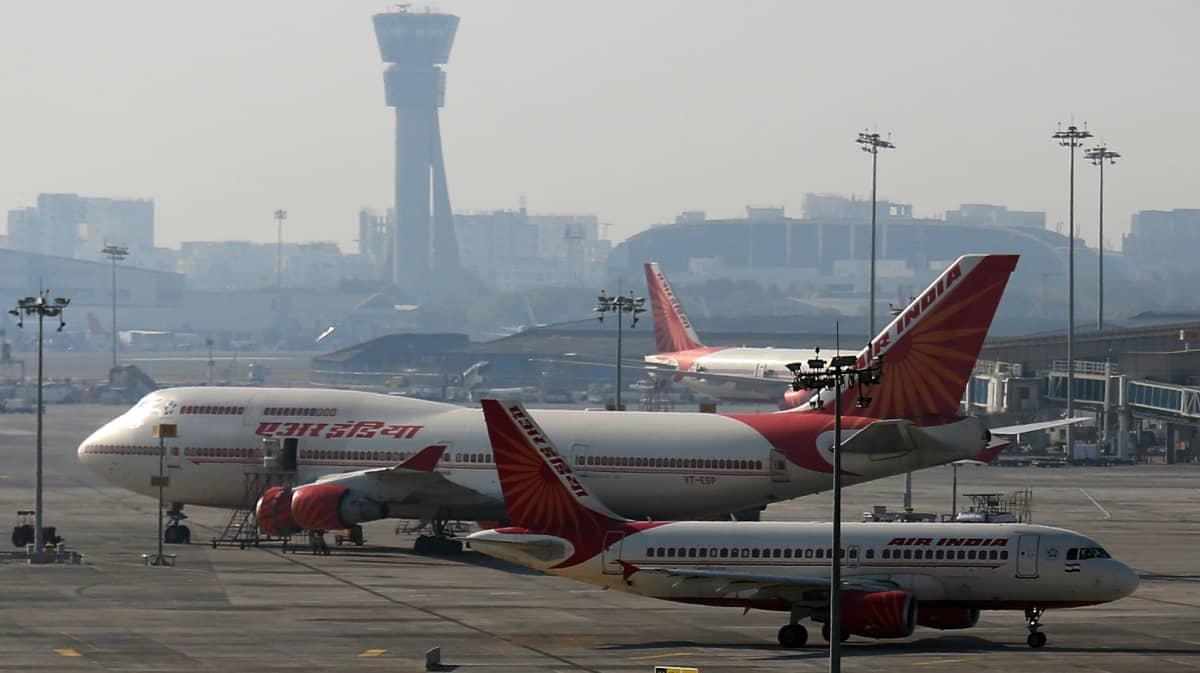 Air Indian koneita Mumbain lentokentällä Intiassa.
