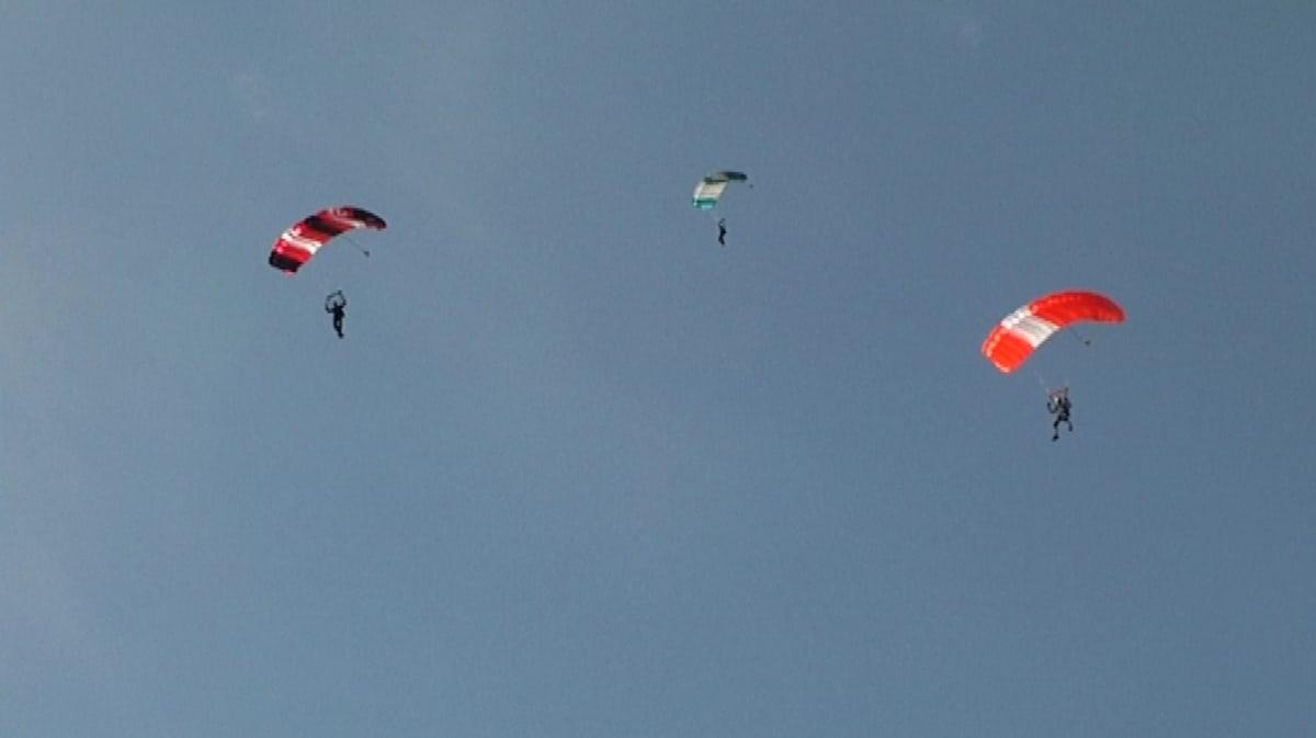 Laskuvarjohyppääjiä Oripään taivaalla.