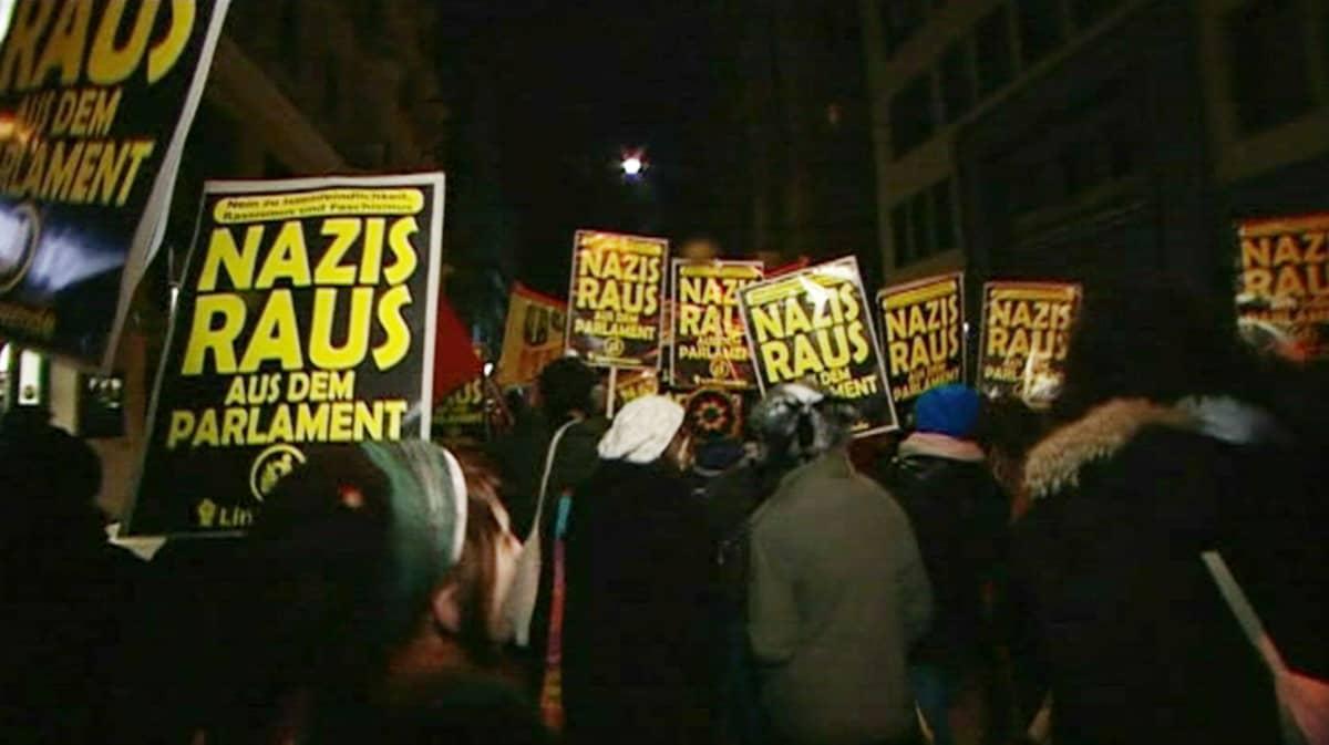 Äärioikeiston vastustajat kerääntyivät mielenosoitukseen Wienissä 1. helmikuuta.