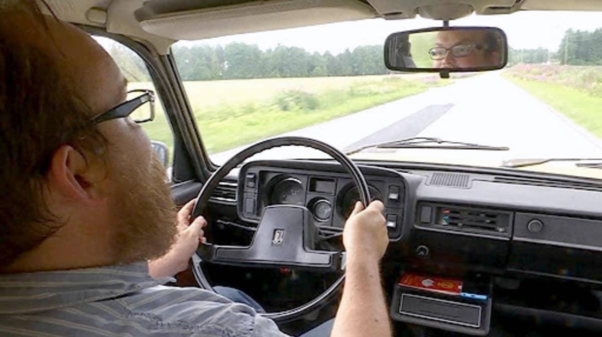 Mies ajaa Ladalla.
