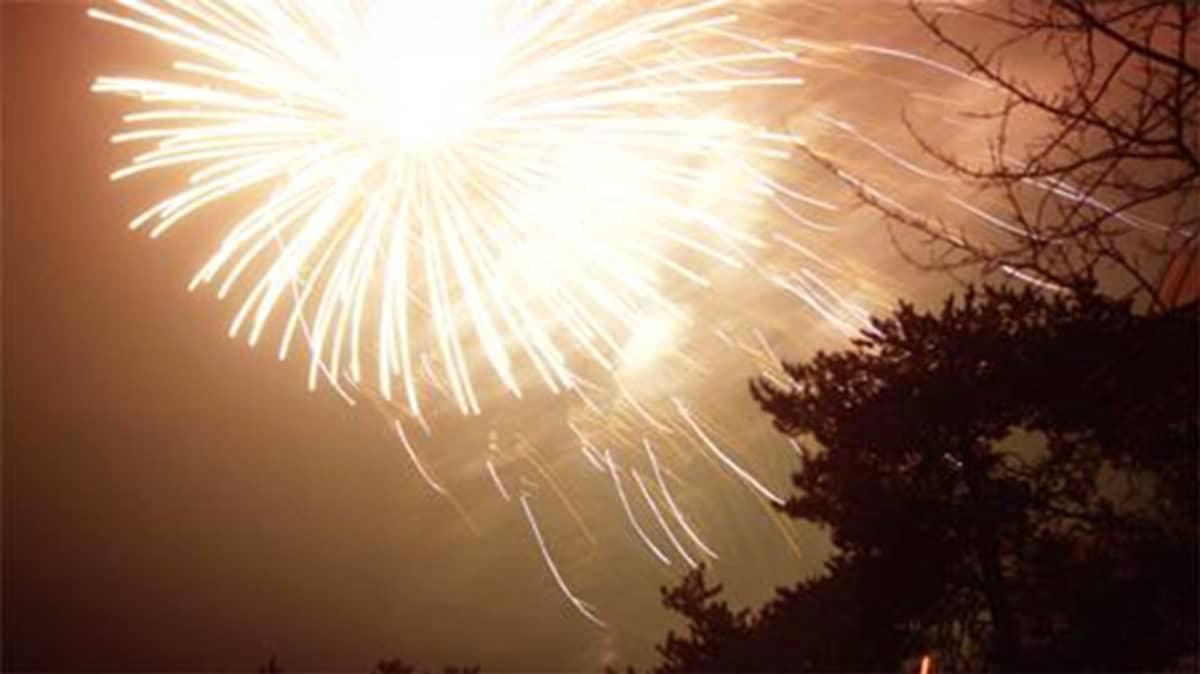 Raketti räjähtää taivaalla.