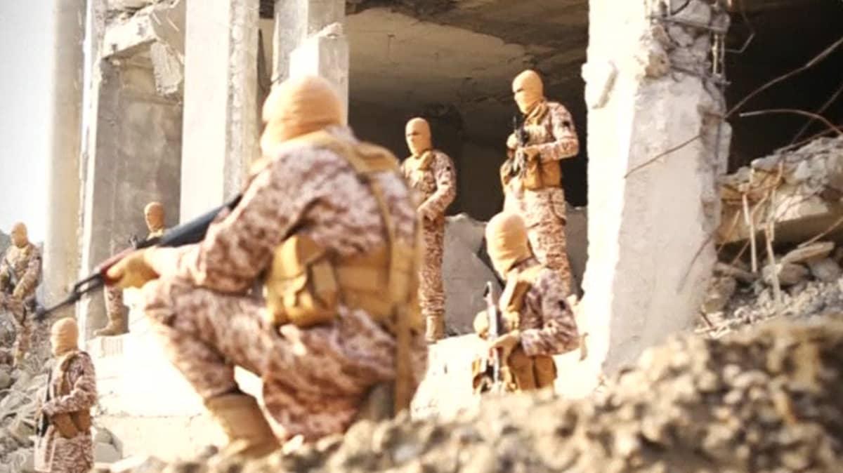 Isis-taistelijoita järjestön propagandavideolla.