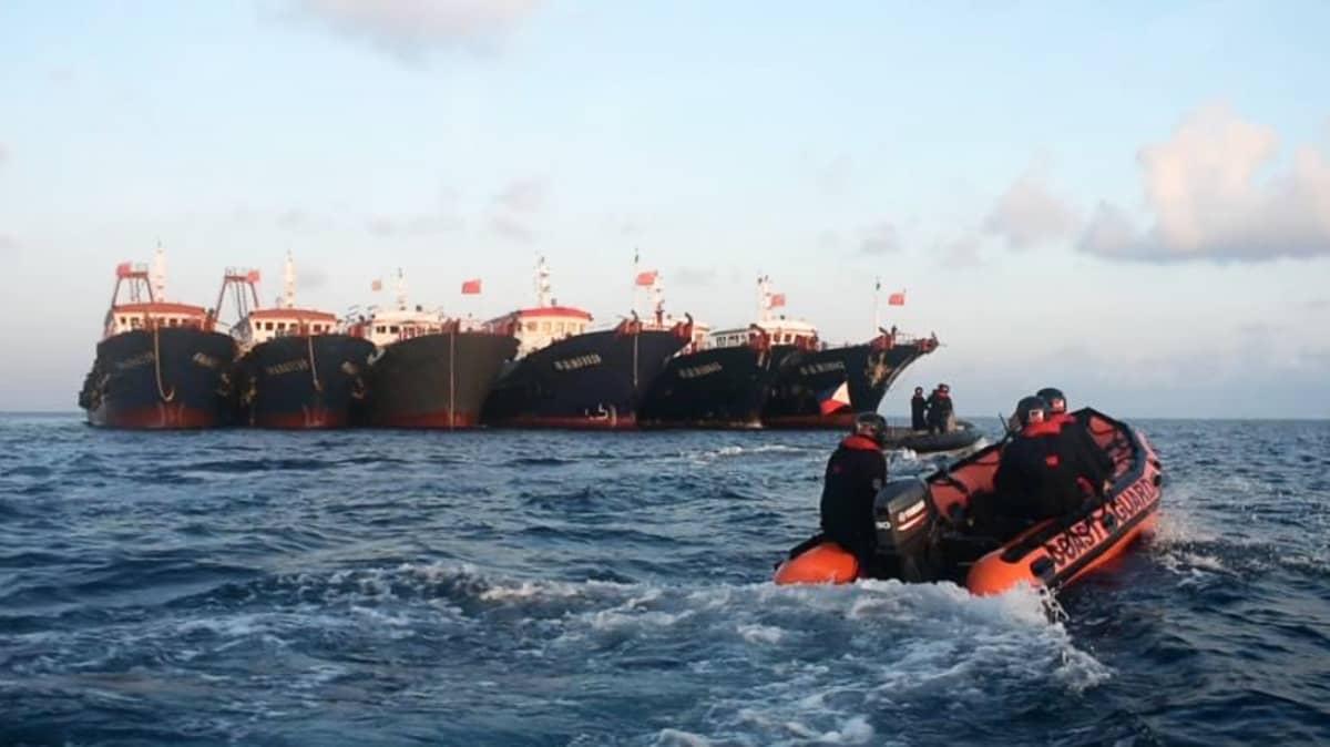 Filippiinien rannikkovartioston veneitä ankkuroitujen kiinalaisalusten edustalla Whitsun Reefilla Spratly-saarten vesillä huhtikuussa 2021.