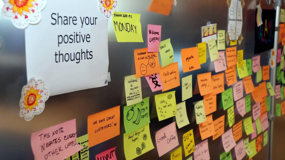 Post it -lappuja seinällä Valamis-yrityksen toimistolla.