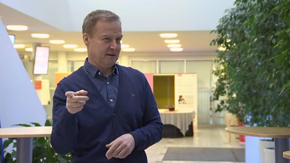 Markku Jokinen viittomassa puolikuvassa.