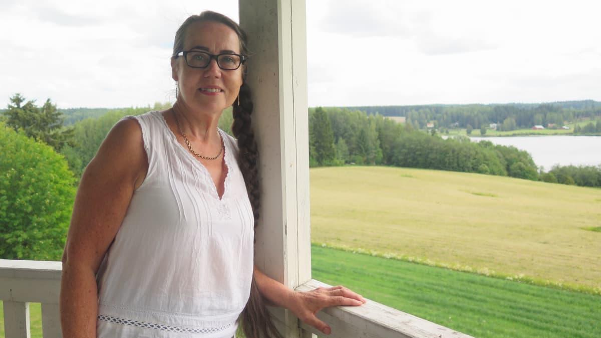 Katariina Pylsy maisemakahvilan parvekkeella.