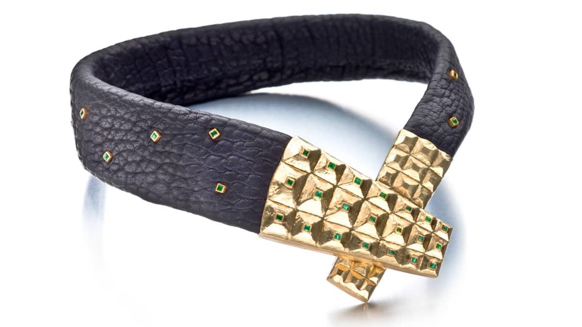 Harri Syrjäsen suunnittelemassa miesten kaulakorussa on nahkaa, kultaa ja smaragdeja. Kaulakorulla voi korvata esimerkiksi kravatin.